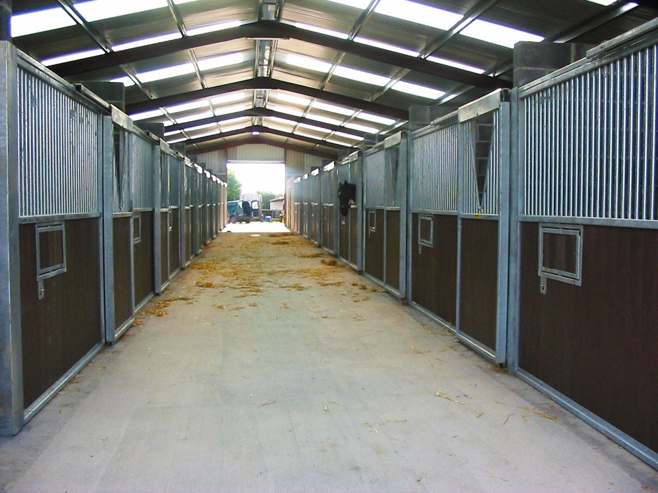 Indoor horse stables allenweld quality equestrian and for Horse barn materials